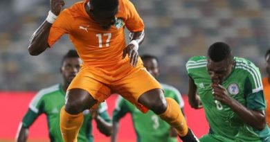 Ivory Coast's Aurier Serge heads the ball past Nigeria's players during an international friendly football match in preparation for the Africa Cup of Nations on January 11, 2015, at the Zayed Sports City in Abu Dhabi. AFP PHOTO / STR