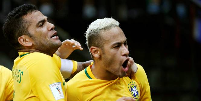 dani-alves-et-neymar-celebrent-le-deuxieme-but-bresilien