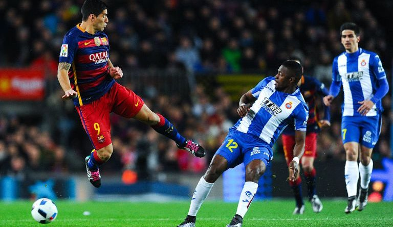 BARCELONA, SPAIN - JANUARY 06:  Luis Suarez of FC Barcelona competes for the ball with Pape Diop of RCD Espanyol during the Copa del Rey Round of 16 first leg match between FC Barcelona and RCD Espanyol at Camp Nou on January 6, 2016 in Barcelona, Spain.  (Photo by David Ramos/Getty Images)
