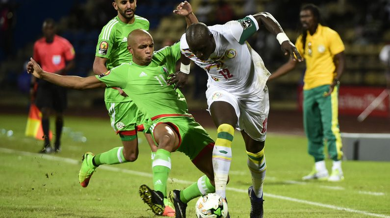 Senegal's midfielder Mohamed Diame (R) challenges Algeria's midfielder Yacine Brahimi during the 2017 Africa Cup of Nations group B football match between Senegal and Algeria in Franceville on January 23, 2017. / AFP PHOTO / KHALED DESOUKI