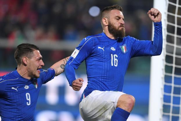 Daniele De Rossi célèbre l'ouverture du score sur un penalty obtenu par Andrea Belotti