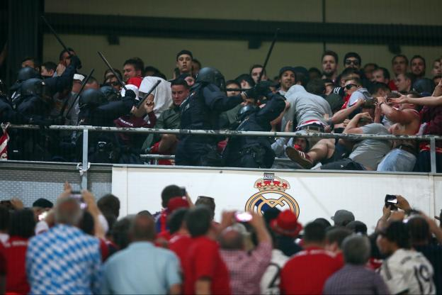 Le Bayern porte plainte contre la police espagnole