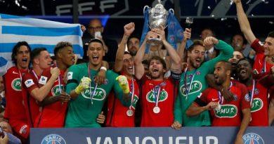La joie des Parisiens qui soulèvent la Coupe de France