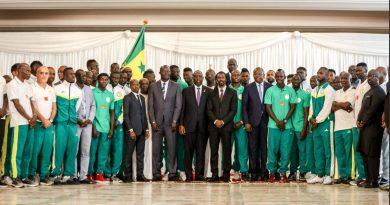 Le président Macky Sall entouré des Lions au Palais de la République