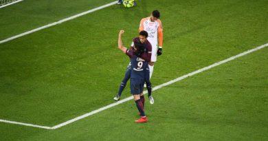 Neymar et Cavani célèbrent ensemble le penalty