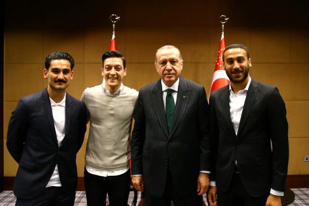 Allemagne : Mesut Özil s'explique pour la photo avec Erdogan