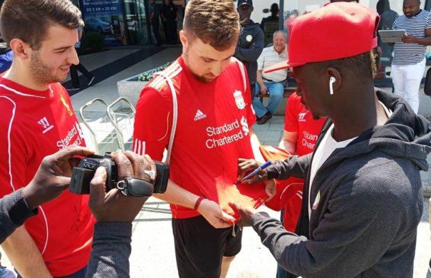 Sadio Mané accueilli par des fans croates à l'aéroport