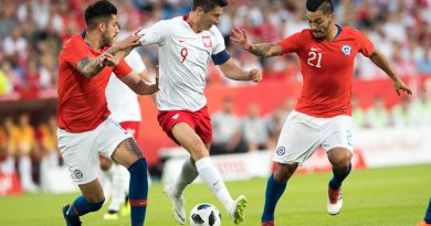 Poland's Robert Lewandowski (C) vies for the ball with Chile's Jimmy Martinez (L) and Lorenzo Reves (R)   during the international friendly football match between Poland and Chile at the Arena Poznan stadium in Poznan, Poland, on June 8, 2018. / AFP PHOTO / ANDRZEJ IWANCZUK