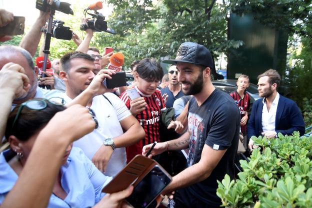 Gonzalo Higuain lors de son arrivée à Milan
