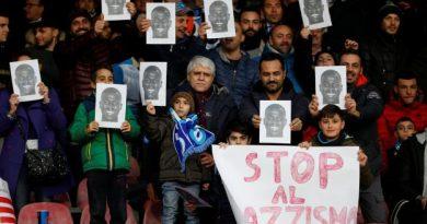 Les supporters du Napoli avec des photos à l'effigie de Kalidou Koulibaly