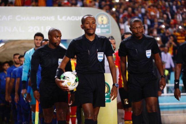 L'arbitre éthiopien Bamlak Tessema Weyesa lors de la finale de la CAF Champions League
