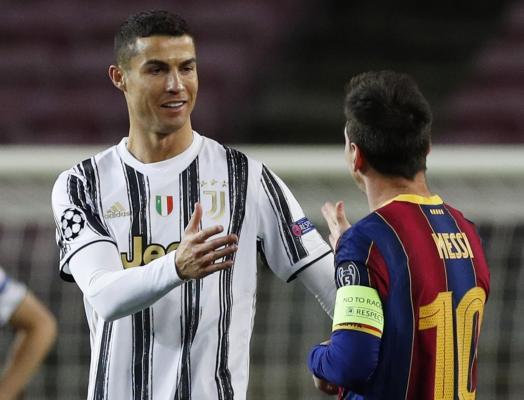 Cristiano Ronaldo et Lionel Messi se saluent avant la rencontre